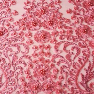 Broderie roz accesorizata cu margele
