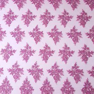 Broderie roz accesorizata cu aspect siretat