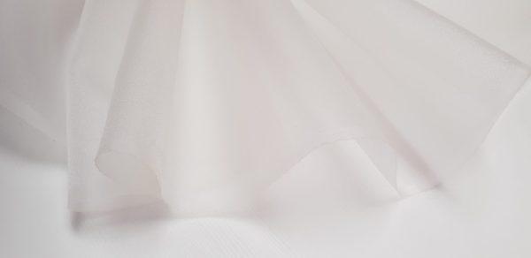 Crinolina alba cu aspect cristalizat