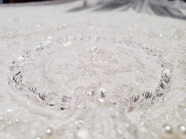 Broderie ivoire bogat accesorizata cu cristale