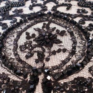 Broderie cu accente baroc, accesorizata cu cristale negre