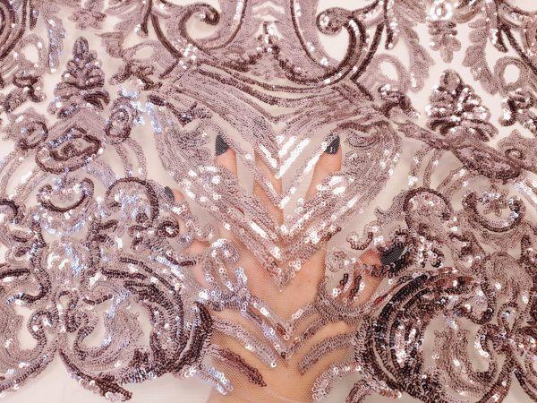 Broderie roz lila prafuit accesorizata cu micropaiete